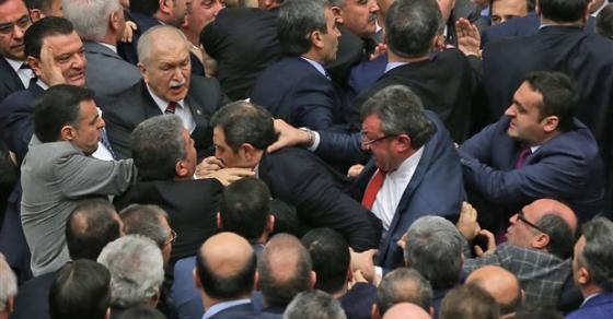 Тепачка во Парламентот во Турција