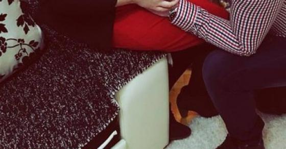Ќе се стопите   македонскиот пејач го бакнува стомакот на бремената сопруга
