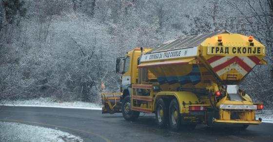Фрлени дополнителни 120 тони сол на улиците во Скопје   се работи на терен