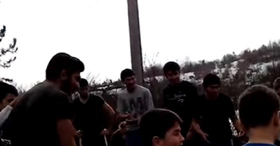 Попот се задеваше со момчињата  некои паднаа во вода пред време