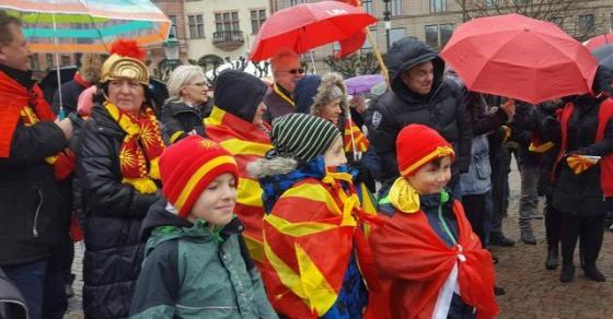 Македонската дијаспора ги обои  црвено жолто  европските и светските градови