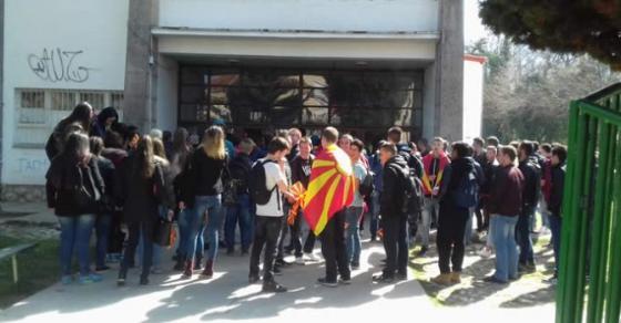 Средношколците излегуваат на улица  СДСМ им се заканува на директорите а ДУИ праќа инспекции