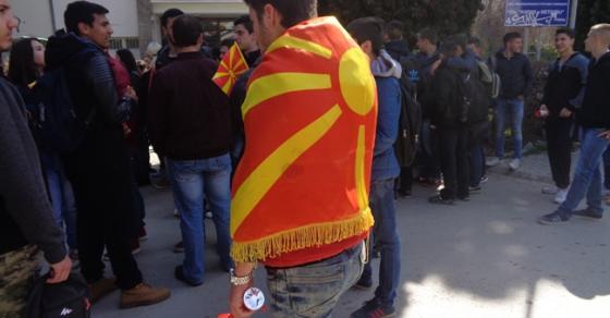 Охридските средношколци на протест вееја знамиња за унитарна Македонија