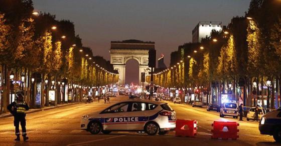 Вечерва терористички напад во Париз  се слушаат сирени   убиен полицаец