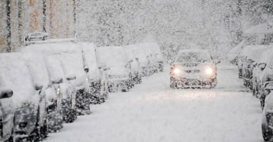 Зима во пролет  спасувачките екипи евакуираат луѓе зафатени од снежна виулица
