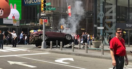 Се слушаат сирени во Њујорк  Автомобил влета во толпа луѓе  еден загинат