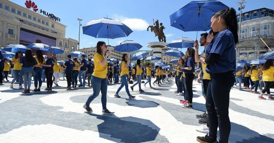 ГАЛЕРИЈА  Плоштадот блесна попладнево   матурантите играа квадрил