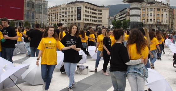 Жолто и сино го обоија плоштадот   матурантите танцуваа квадрил