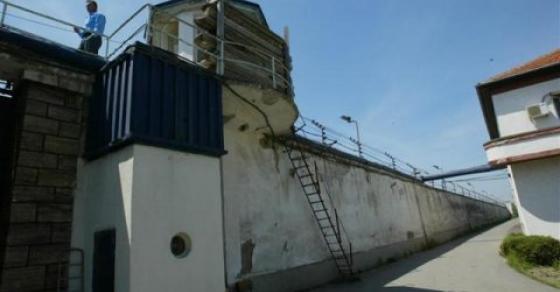 Драма во Идризово  Вооружени и маскирани лица пукале во затворот