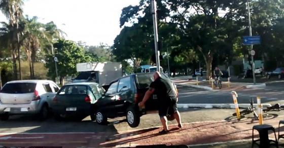 Со свои раце ја крена   возачот следниот пат ќе размисли каде ќе се паркира