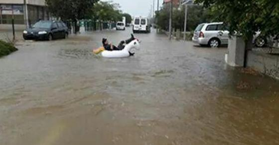 Кренале раце од борбата со водената стихија  Граѓаните во Задар се забавуваат на поплавените улици