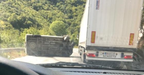 Страотна сообраќајка на Стража   превртено комбе излетало во провалија
