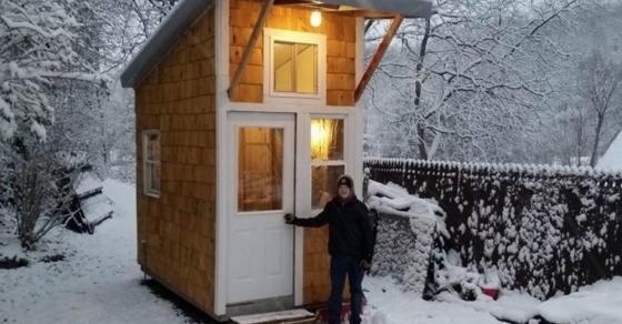 13  годишно момче изградило куќа за 1300 евра а во неа има се што треба