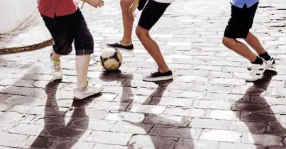 Полицијата во овој град им забрани на децата да изграат фудбал на улица