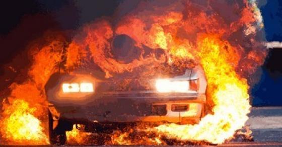 Изгоре автомобил пред ресторан во Скопје