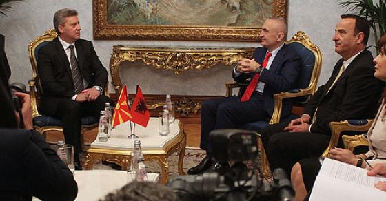 albanskiot-pretsedatel-pristigna-vo-makedonija-prechekan-so-voeni-pochesti
