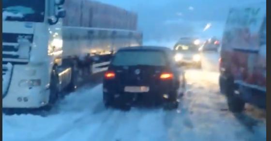 Снегот предизвика проблеми во сообраќајот  Забрани за сообраќај  лавина и сообраќајна несреќа