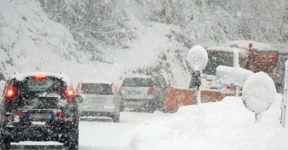 Обилни врнежи од снег во Македонија  Воведена забрана за возила на овие патишта