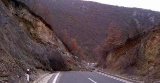 Одрон на патот Кочани Македонска Каменица  Сообраќајот во прекин од саботата