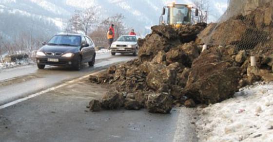 Возачи возете внимателно по овие патишта   сообраќајот се одвива по една лента
