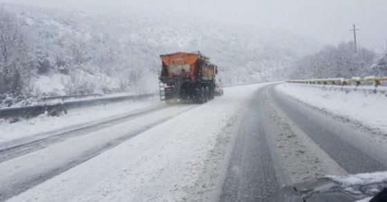 Излизгани автомобили  лавини на патот и парализиран сообраќај во Македонија