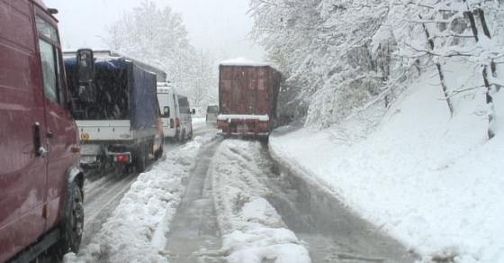 Камион се излизга кај Буково   сообраќајот отежнат