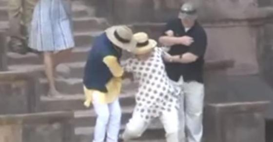 Хит на интернет   Хилари Клинтон за малку ќе излеташе од скалите