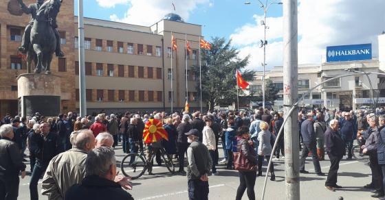 Народот не е на продажба  извикуваат граѓаните кои протестираат пред Собрание