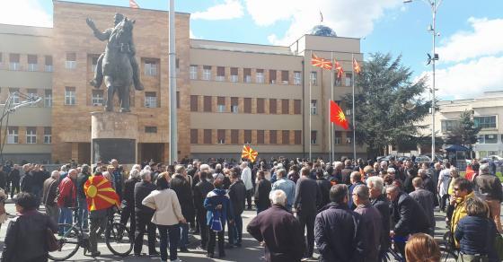 Пролжува протестот пред Собранието