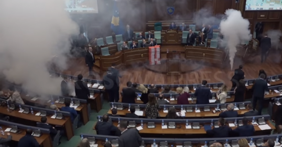 Димни бомби во косовскиот парламент