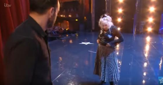 Баба почна да се соблекува на сцена и сите превртуваа очи  Кога запеа жирито се фати за глава